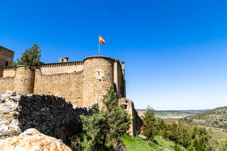 may 2019, Pedraza, Castilla Y Leon, Spain: Castillo de Pedraza facing the cliff. Pedraza is one of the best preserved medieval villages of Spain, not far from Segovia Imagens - 127627423