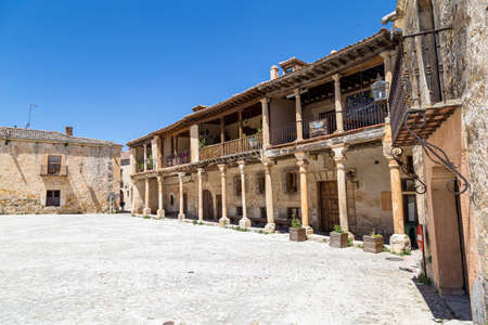 may 2019, Pedraza, Castilla Y Leon, Spain: Plaza Mayor in a spring morning. Pedraza is one of the best preserved medieval villages of Spain, not far from Segovia Imagens - 127627426