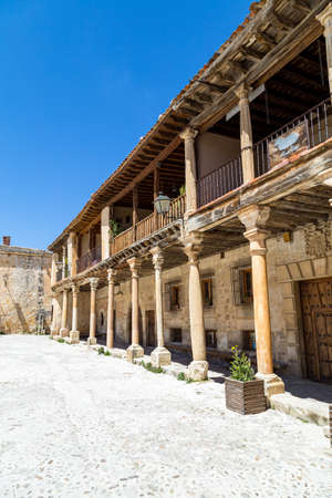 may 2019, Pedraza, Castilla Y Leon, Spain: Plaza Mayor in a spring morning. Pedraza is one of the best preserved medieval villages of Spain, not far from Segovia Redactioneel