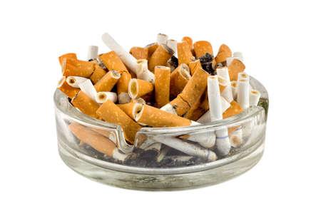 Zigaretten in ein Aschenbecher isoliert auf weißem Hintergrund