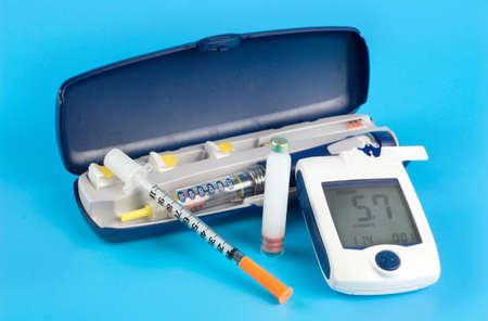 diabetes: Medidor de glucosa, inyecci�n de pluma de insulina