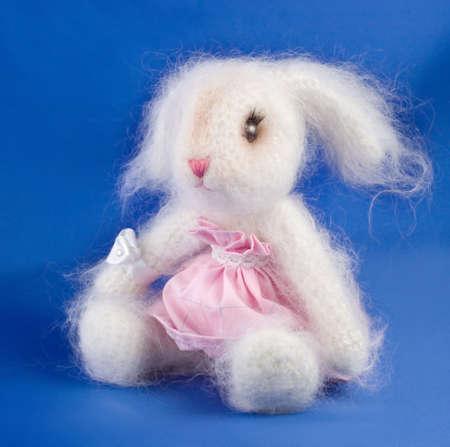 trabajo manual: Alisado de conejo de juguete suave  Foto de archivo