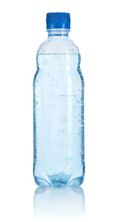 agua purificada: Botella de pl�stico de agua aislada