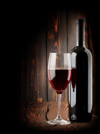 botella de licor: Vino en un fondo oscuro