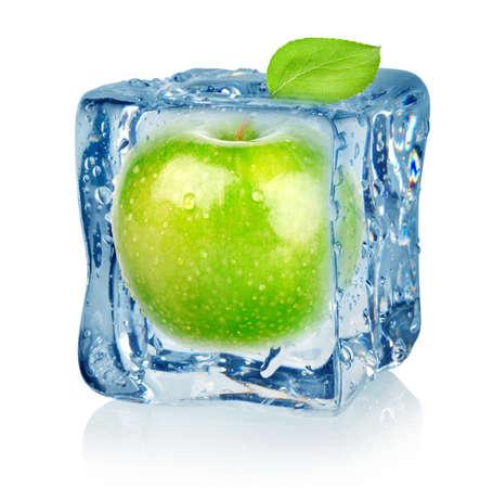 manzana agua: Ice cube y manzana Foto de archivo