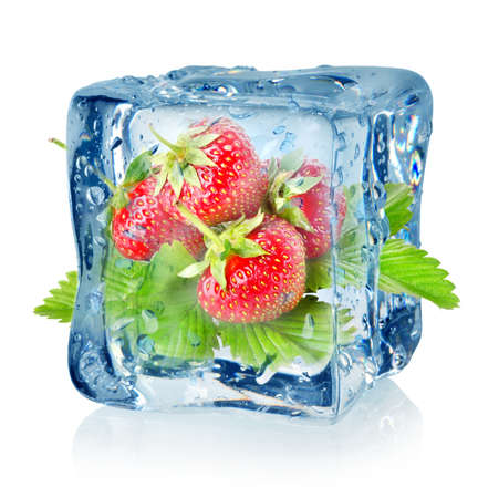fr�chte in wasser: Ice Cube und Erdbeeren isoliert
