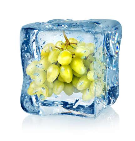 comida congelada: Cubo de hielo y las uvas verdes