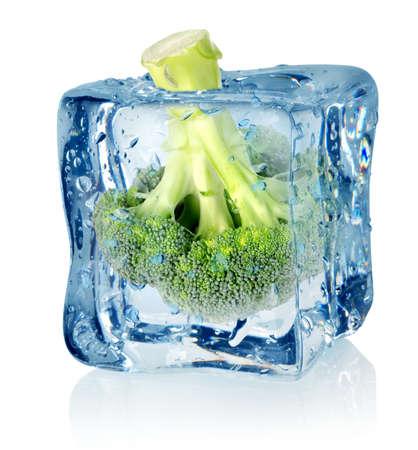 comida congelada: El br�coli en el hielo Foto de archivo