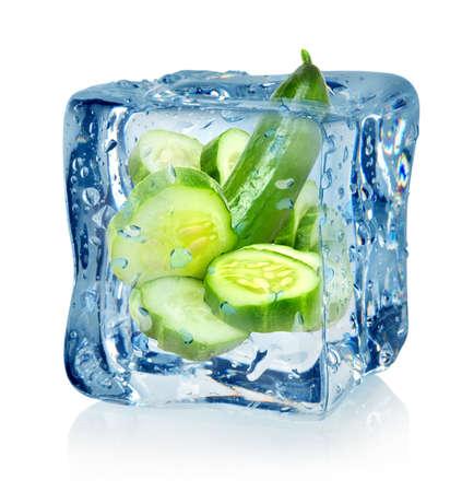 comida congelada: Cubo de hielo y pepino