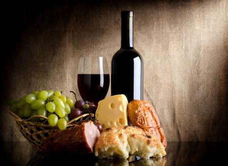 pan y vino: Botella de vino y comida Foto de archivo
