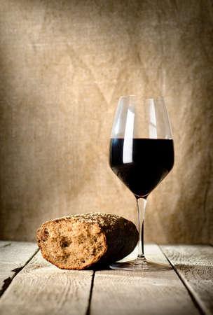 bread and wine: Copa de vino y pan Foto de archivo