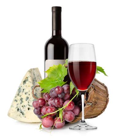 vinos y quesos: Vino y queso y uvas en cesta Foto de archivo
