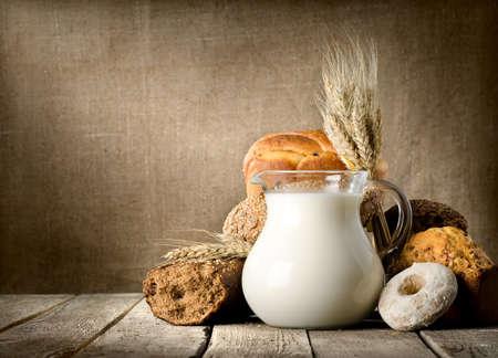 melk glas: Melk en brood op doek Stockfoto