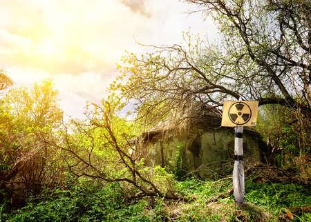 area restringida: Antigua casa en la zona restringida de la radiaci�n Foto de archivo