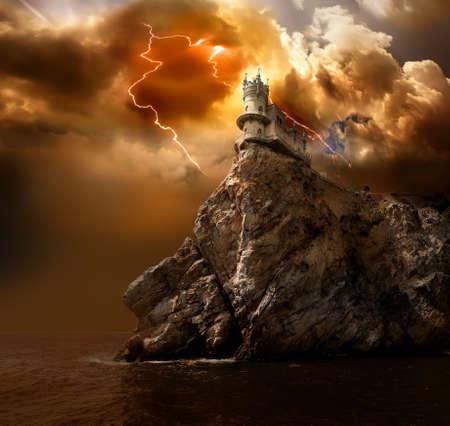 고대: 검은 바다에서 바위에 제비의 둥지 성 스톡 사진