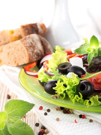 Vegetariana ensalada de verduras en una tabla de madera