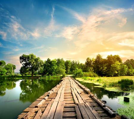 시골에서 강 오래 된 다리