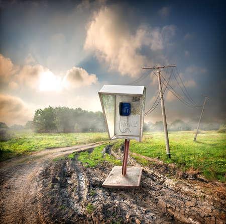 cabina telefonica: Antiguo teléfono público en una carretera en el campo
