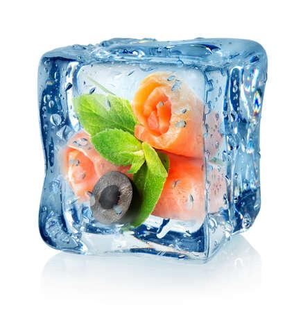 alimentos congelados: El pescado rueda en el cubo de hielo aislados sobre un fondo blanco Foto de archivo