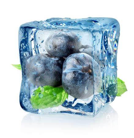 アイス キューブとブルーベリーは、白い背景で隔離
