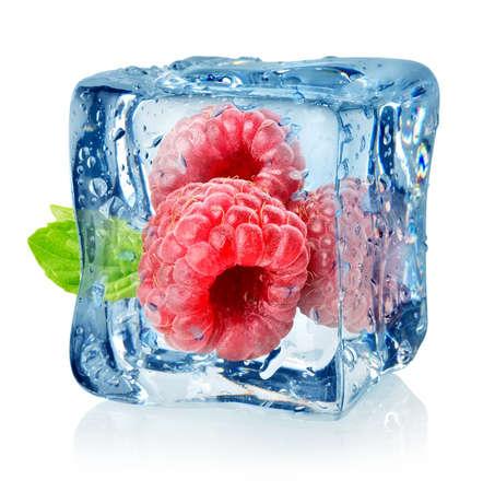 アイス キューブと白い背景で隔離のラズベリー 写真素材