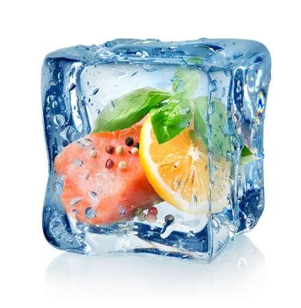cubetti di ghiaccio: Filetto di salmone in cubo di ghiaccio isolato su uno sfondo bianco Archivio Fotografico