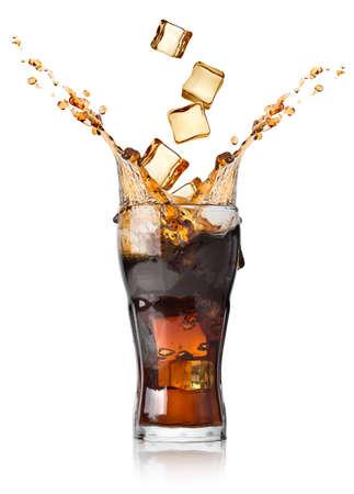 Cola met ijsblokjes geïsoleerd op wit Stockfoto