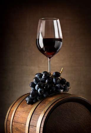 木製の樽とブドウとワインのゴブレット 写真素材