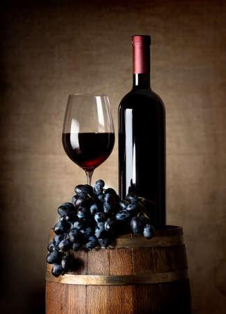 赤ワイン、ワイングラス、ぶどう、木製の樽のボトル
