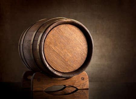キャンバスの背景の上の古い木製の樽