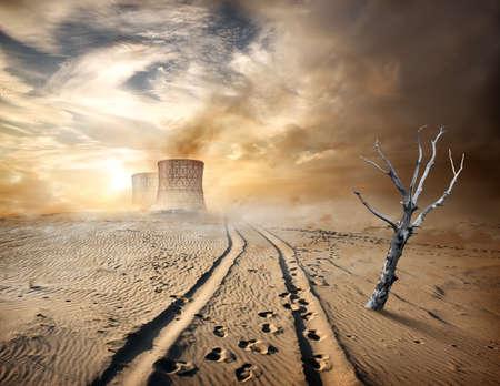 paesaggio industriale: Tubi industriali e albero secco nel deserto