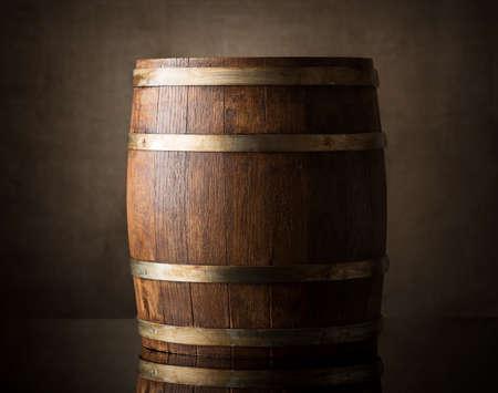 fondo cafe: Barril de madera viejo en un fondo marr�n
