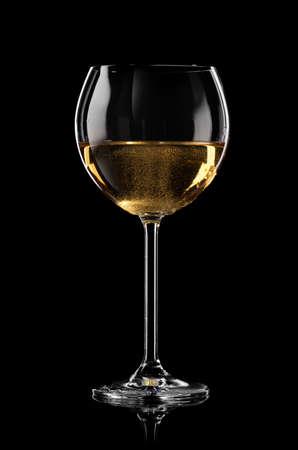 sektglas: Glas Sekt auf schwarzem Hintergrund