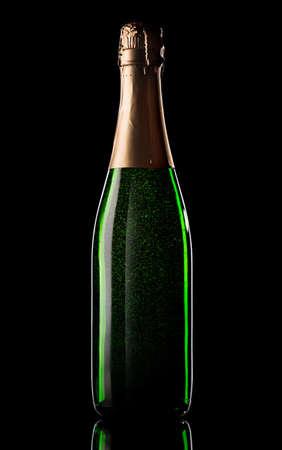 Groene fles champagne op zwarte achtergrond