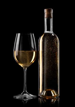 ボトルと黒の背景に白ワインのガラス