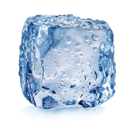 白で隔離される滴とアイス キューブ
