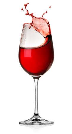 Bewegende rode wijnglas over een witte achtergrond