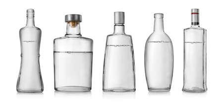 botella de whisky: Collage de botellas de vodka aislado en un fondo blanco