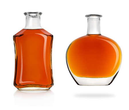 botella de whisky: Botellas de coñac aislados en un fondo blanco