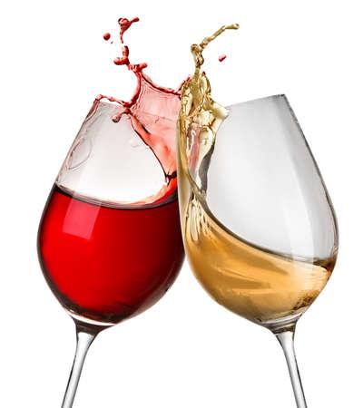 Spatten van wijn in twee wijnglazen op wit wordt geïsoleerd Stockfoto