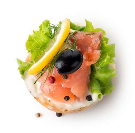 Vis-plantaardige sandwich die op een witte achtergrond wordt geïsoleerd