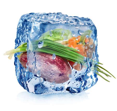 Diepvriesgroenten in ijsblokje met druppels geïsoleerd op wit Stockfoto