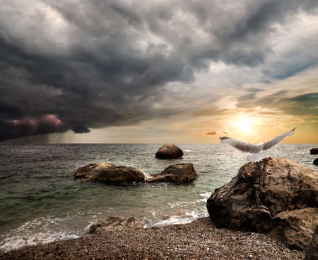 horison: Storm clouds and lightning over the sea