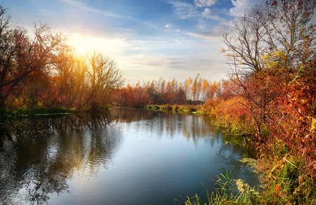 Herfst seizoen op de rustige rivier bij zonsopgang