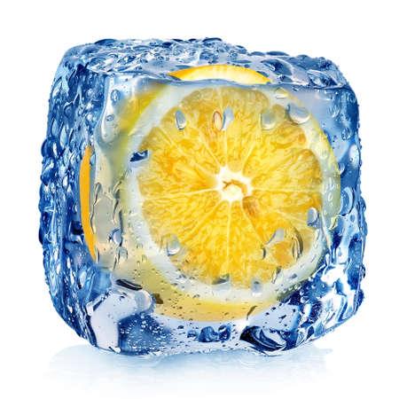 cubetti di ghiaccio: Limone in cubo di ghiaccio isolato su bianco