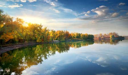 Morning sun over river in the autumn 版權商用圖片