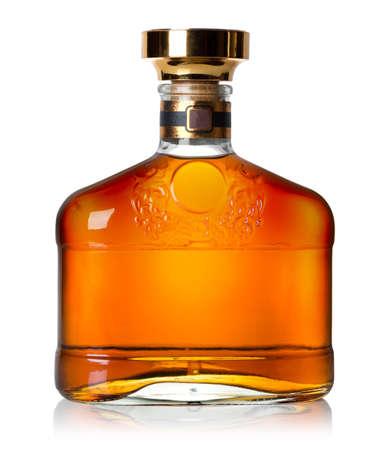 botella de whisky: Botella de co�ac aislado en un fondo blanco