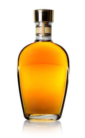 botella de whisky: Cognac en una botella aislado en un fondo blanco