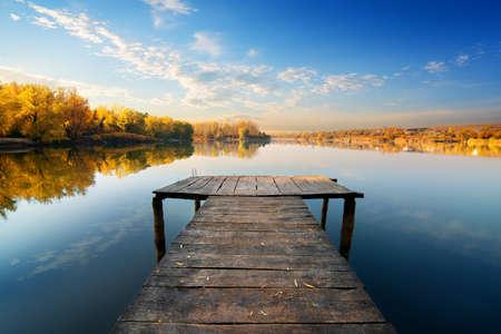 pescando: Puente para la pesca en d�a soleado de oto�o