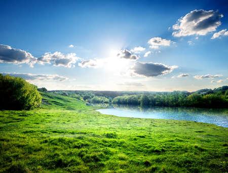 jezior: Zielony trawnik w pobliżu rzeki w lesie